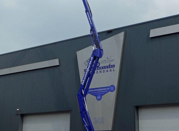 uitgeschoven knikarmhoogwerker Manitou 160 ATJ van 15 meter
