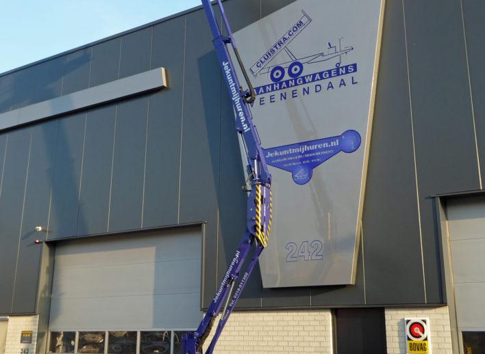 accu knikarmhoogwerker uitgeschoven tot 12 meter hoog