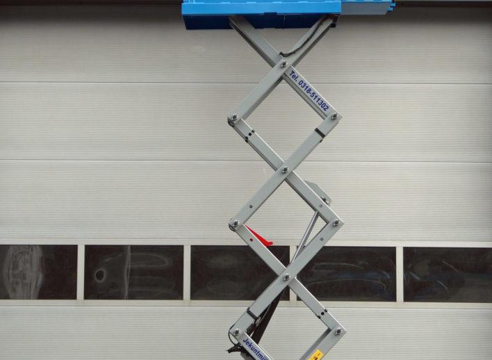 uitgeschoven schaarhoogwerker met werkhoogte van 6 meter
